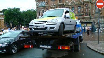 В Петербурге больше суток не могут эвакуировать Opel из-за запершегося внутри водителя
