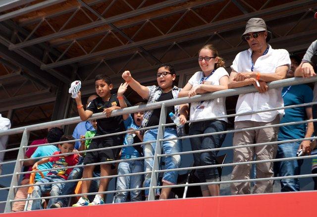 Местные болельщики приветствуют марокканского пилота Бениньи