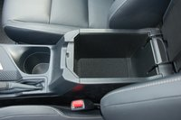 Между передними сиденьями есть бокс, увы, не очень вместительный и без регулируемого подлокотника