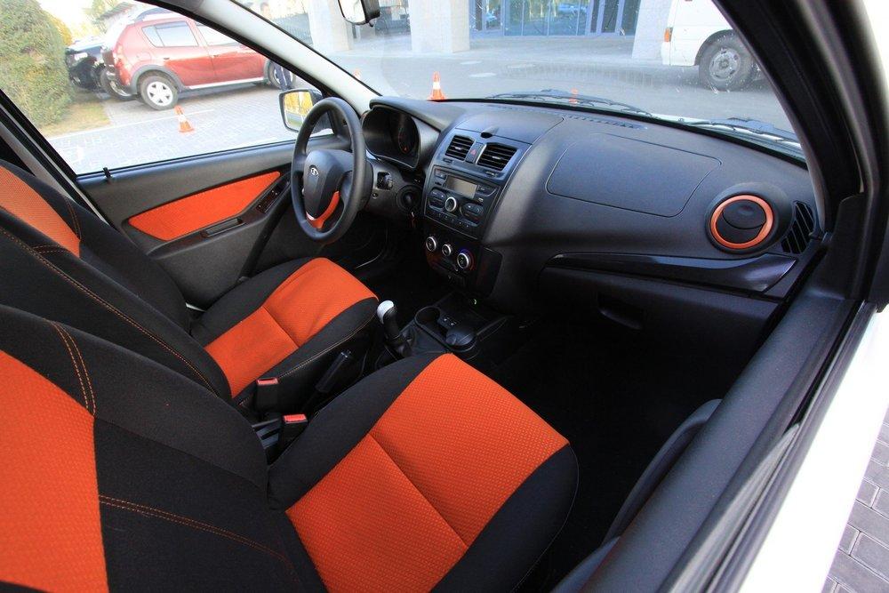 Интерьер Калины Кросс украшен оранжевыми тканевыми вставками на панели дверей и кресла