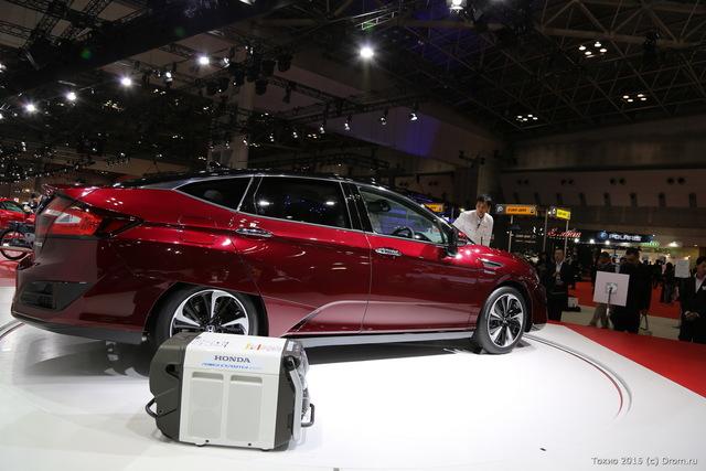 А ещё Honda Clarity — маленькая электростанция. Рядом с машиной стоит конденсаторный ящик, в него можно сберечь запасённый автомобилем ток и унести с собой