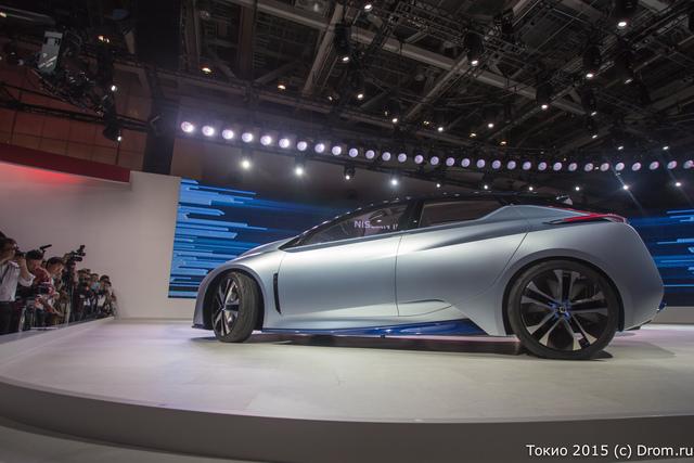 А вот будущее приехало на стенд Nissan