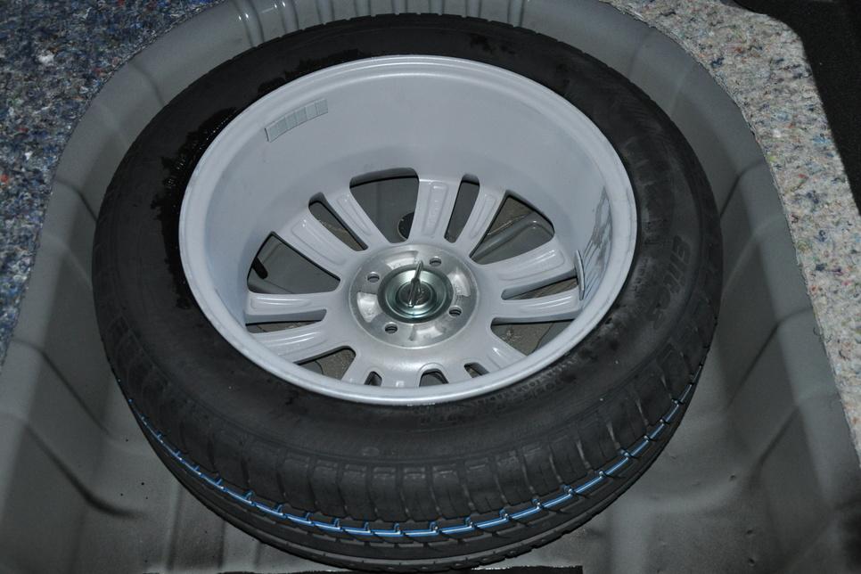 Две приятные «находки» в багажнике: запасное колесо не только полноценного размера, но еще и на литом диске