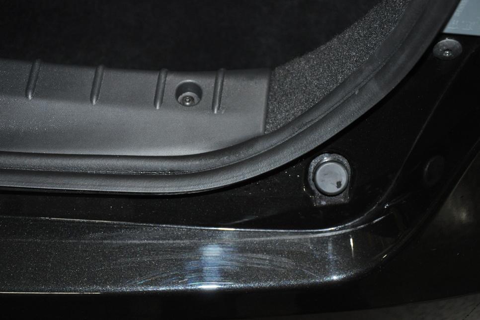 Потертости на заднем бампере — от нижней кромки крышки багажника, появились уже после пробега 5000 км