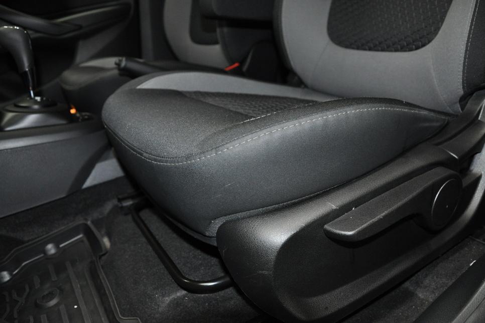 Сиденье водителя регулируется в трех плоскостях: вперед-назад, высота подушки и угол наклона спинки
