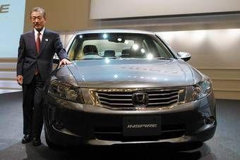 Президент компании Honda господин Фукуи Такэо представил новое поколение седана Honda Inspire.