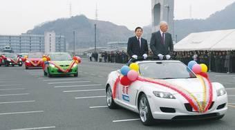 Кабриолет Mazda RX-8 возглавил кортеж из автомобилей марки Mazda, отправляющихся на экспорт.
