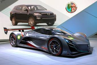 Концепт Mazda Furai в Детройте. На фоне — Mazda CX-9, победитель в конкурсе на звание «Автомобиля года» в США.