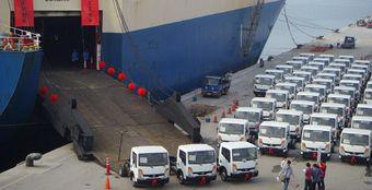 Процесс отправки грузовых автомобилей Nissan Cabstar из Тайваня в Мексику.