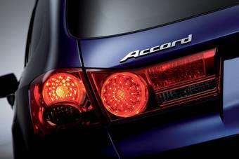 Опубликована фотография с изображением стоп-сигнала Honda Accord Tourer нового поколения.