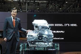 Г-н Мори, президент FHI, представляет дизельный горизонтально-оппозитный двигатель.