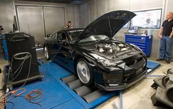 Nissan GT-R во время испытаний на динамостенде в тюнинг-ателье Harman Motive.