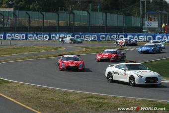 Nissan GT-R доминирует на соревнованиях SUPER GT в серии GT500.