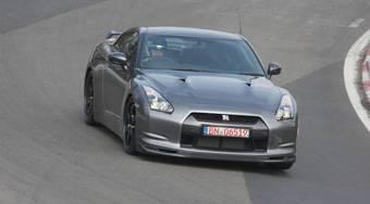 Nissan GT-R проходит трассу в Нюрбургринге.