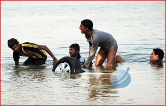 Процесс извлечения седана Suzuki Swift DZire из реки Шамбхави вызвал огромный интерес у местного населения.