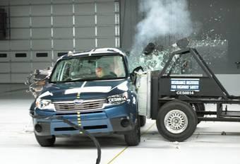 Subaru Forester проходит краш-тест на боковой удар.