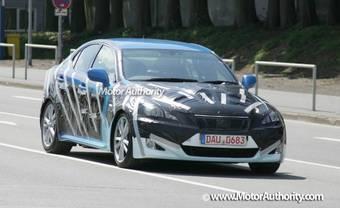 На трассе Нюрбургринг был замечен Lexus серии IS в плотном камуфляже.