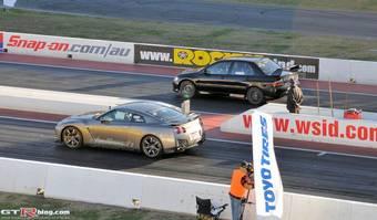 Nissan GT-R и Mitsubishi Lancer Evolution перед стартом на треке Western Sydney International Dragway.