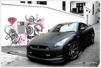Этот черный матовый Nissan GT-R принадлежит жителю Сингапура. Американцам о таком варианте исполнения автомобиля необходимо ждать не меньше месяца.