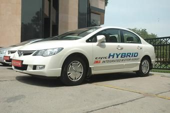 Honda начинает продажи гибридной версии Honda Civic в Индии.