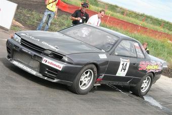 Дмитрий Вялых из Омска на Nissan Skyline GT-R побеждает в Дрэг-Битве 2008.