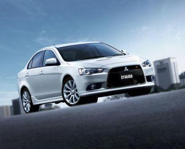 Mitsubishi представила в Японии спортивный вариант седана Galant Fortis в тюнинге Ralliart