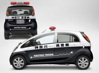 Японские патрульные будут следить за порядком на улицах вот в таком электромобиле.