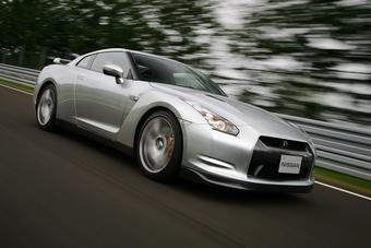 Японские автожурналисты протестировали беспроводной коннект между Nissan GT-R и новым iPhone 3G.