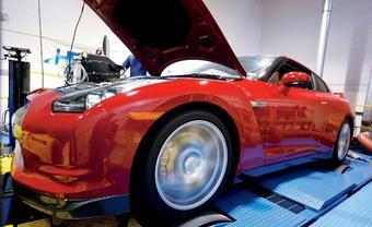 Nissan GT-R выдает «с колес» 420 л.с. мощности. Если учесть силу трения в силовой передаче, на преодоление которой тратится часть мощности, то показатель 3,8-литровой твин-турбовой силовой установки автомобиля составляет около 520 л.с.