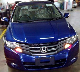 В дизайне экстерьера Honda City нового поколения доминирует решетка радиатора, выполненная в фирменном стиле компании.