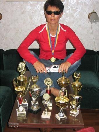 Галина, участник форума Женского автомобильного клуба, раллийная чемпионка и призер международных гонок, спасла семью автопутешественников от неминуемой аварии.