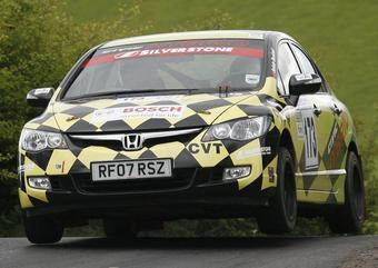 Раллийный спорт-кар Honda Civic Hybrid в полете.