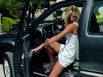 «Покупайте пикап Isuzu D-Max в топовой комплектации Crystal», — советует всем европейцам эта дама.