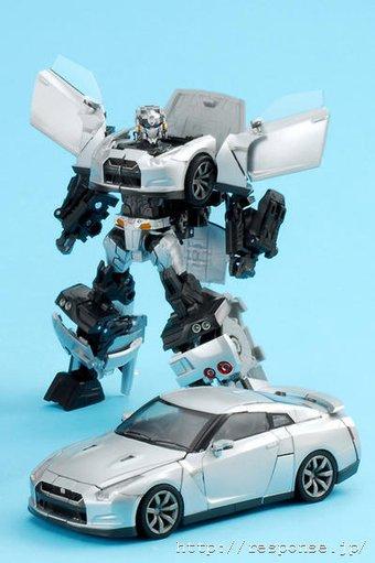 Игрушка-трансформер Nissan GT-R скоро появится в продаже в Японии.