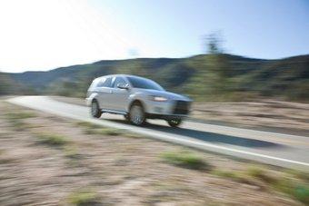 Предпремьерный тизер Mitsubishi Outlander GT Prototype. Японцы не пожелали полностью рассекречивать внешний вид новой модели, поэтому ограничились демонстрацией лишь вот такого размытого снимка общего плана.