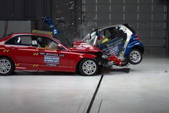 Групповой краш-тест — седаны против компактов: Camry vs Yaris, Accord vs Fit, C-class vs Smart