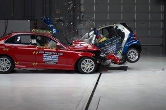 Создатели модели Smart ForTwo считают, что их автомобиль безопасен. Краш-тесты показывают другое.