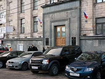 Пошлины пересмотрены не будут. Такова официальная позиция Министерства экономического развития и торговли Российской Федерации. (На фото за авторством Lenta.ru виден центральный вход в здание Министерства, его украшают автомобили BMW, Mazda и Land Rover.)