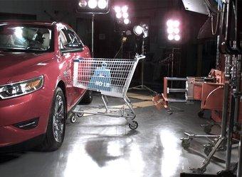 Краш-тест: тележка для покупок с 50-кг грузом со скоростью 16 км/час ударяется в дверь седана Ford Taurus.