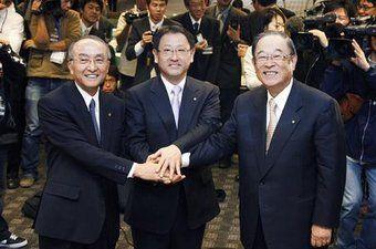 Вице-председатель Кацуаки Ватанабэ, президент Акио Тойода и председатель Фуджио Чо. Под их управлением будет проведена реструктуризация правления концерна Toyota.