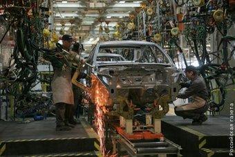 Цены на Nissan Teana и Nissan X-Trail вне зависимости от сборки будут практически одинаковыми. На фото — сборочная линия завода Nissan в Санкт-Петербурге. Фотография сделана корреспондентами Российской Газеты.