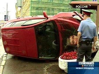 В центре Москвы ехавшая по навигатору Toyota RAV4 протаранила пост ДПС.