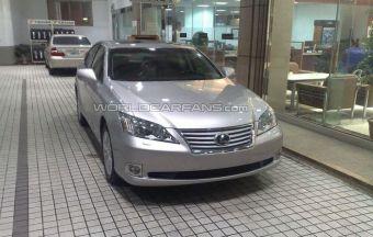 На одной из японских улиц возле дилерского центра был замечен люксовый седан Lexus ES в обновленном кузове.
