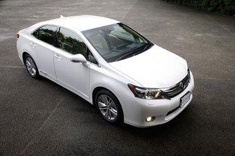Lexus HS250h до официального начала продаж собрал более 10 000 предзаказов.