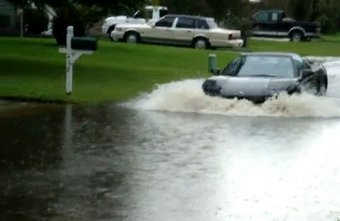 Acura NSX преодолевает водную преграду.