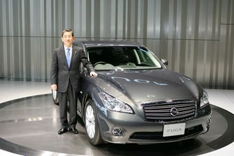 Сига Тосиюки глава Nissan по операциям представил в Ёкогаме новое поколение Nissan Fuga.