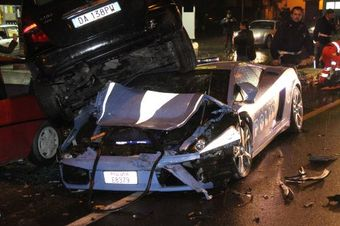 Полицейский авто Lamborghini Gallardo LP560-4 попал в ДТП. Говорят, водитель не справился с управлением.