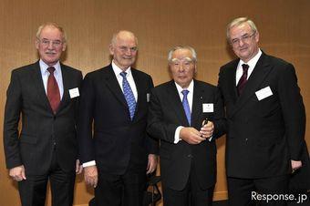 Глава компания Volkswagen Мартин Винтеркорн (крайний справа) и президент компании Suzuki Осаму Судзуки договорились о слиянии.