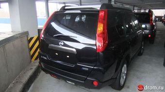 Nissan X-Trail черного цвета, двигатель 2,5 литра, вариатор, велюровый салон, люк, рейлинги с фарами.