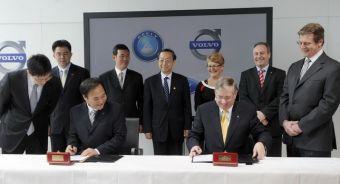 Ли Шуфу, глава Geely, и Стивен Оделл, глава Volvo, подписали документы о продаже шведской марки китайскому автоконцерну.